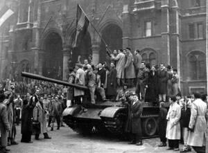 1956, Βουδαπέστη. Ούγγροι επαναστάτες κρατούν την τρίχρωμη ουγγρική σημαία πάνω σε ένα σοβιατικό τεθωρακισμένο, το οποίο κατέλαβαν στην κεντρική πλατεία της Βουδαπέστης.
