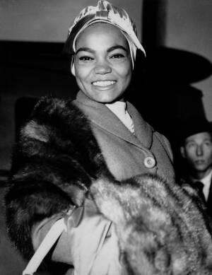 1958, Λονδίνο. Η Αμερικανίδα τραγουδίστρια Έρθα Κιτ, στο αεροδρόμιο του Λονδίνου, όπου πρόκειται να πραγματοποιήσει σειρά εμφανίσεων.