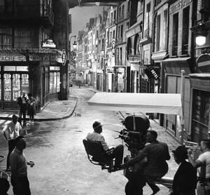 """1962, Χόλιγουντ. Αυτό το κινηματογραφικό σκηνικό, που κόστισε περισσότερες από 300 χιλιάδες δολάρια, είναι μια ακριβής αναπαράσταση των δρόμων του Παρισιού και κατασκευάστηκε για τις ανάγκες της ταινίας """"Γλυκιά Ίρμα"""", στην οποία πρωταγωνιστούν ο Τζακ λέμο"""