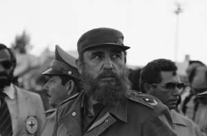 1983, Αβάνα. Ο Πρόεδρος της Κούβας, Φιντέλ Κάστρο παρακολουθεί τους πρώτους Κουβανούς που επιστρέφουν από τη Γρανάδα. Πίσω του είναι ο αδελφός του Ραούλ, αρχηγός του κουβανικού στρατού.