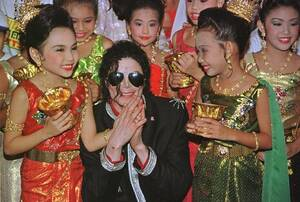 1996, Μπανγκόκ. Ο σούπερσταρ της ποπ, Μάικλ Τζάκσον, με παιδιά από την Ταϊλάνδη, ντυμένα με παραδοσιακές φορεσιές, στην Μπαγκόκ, όπου ο Τζάκσον θα δώσει συναυλίες.