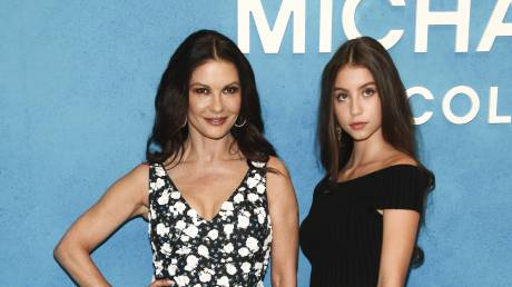 Κάθριν Ζέτα Τζόουνς - Κάρις Ντάγκλας: Μητέρα και κόρη πρωταγωνιστούν στη νέα καμπάνια της Fendi