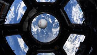 Πώς είναι να παίζεις μπέιζμπολ στο διάστημα; Τρεις αστροναύτες μας δείχνουν τον τρόπο