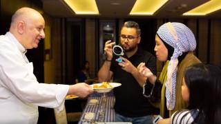 Ένας Έλληνας μαθαίνει τους Σαουδάραβες να τρώνε ταραμοσαλάτα, παστιτσάδα και σαγανάκι