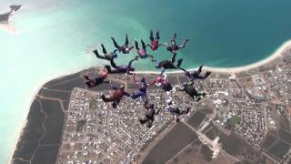 «Παράσταση» για ρεκόρ: Εντυπωσιακή επίδειξη αλεξιπτωτιστριών στην Αυστραλία