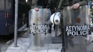 Επεισόδια έξω από την ΑΣΟΕΕ - Επίθεση σε αστυνομικούς