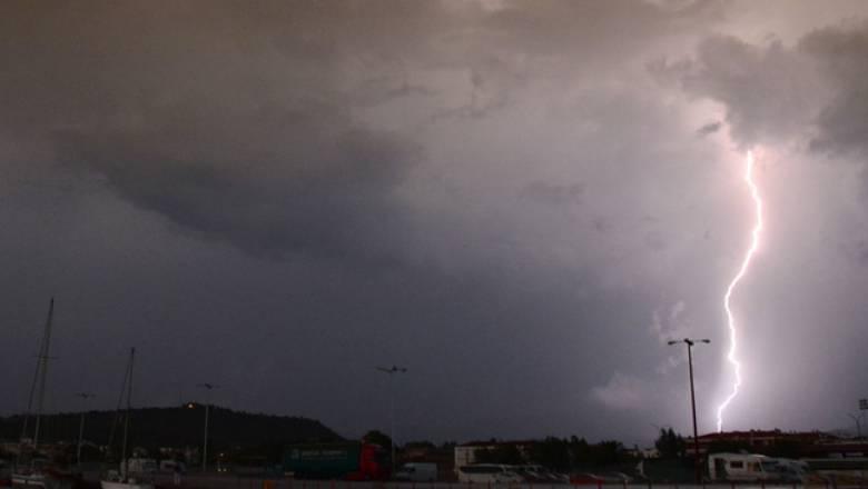 Καιρός: Κινείται προς Αθήνα το ψυχρό μέτωπο - Περίπου 3.500 κεραυνοί μέχρι το μεσημέρι