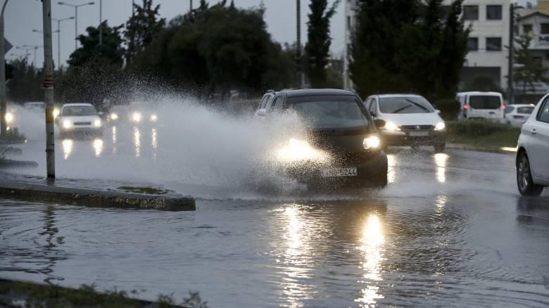 Οδήγηση υπό βροχή: Όλα όσα πρέπει να προσέχουμε