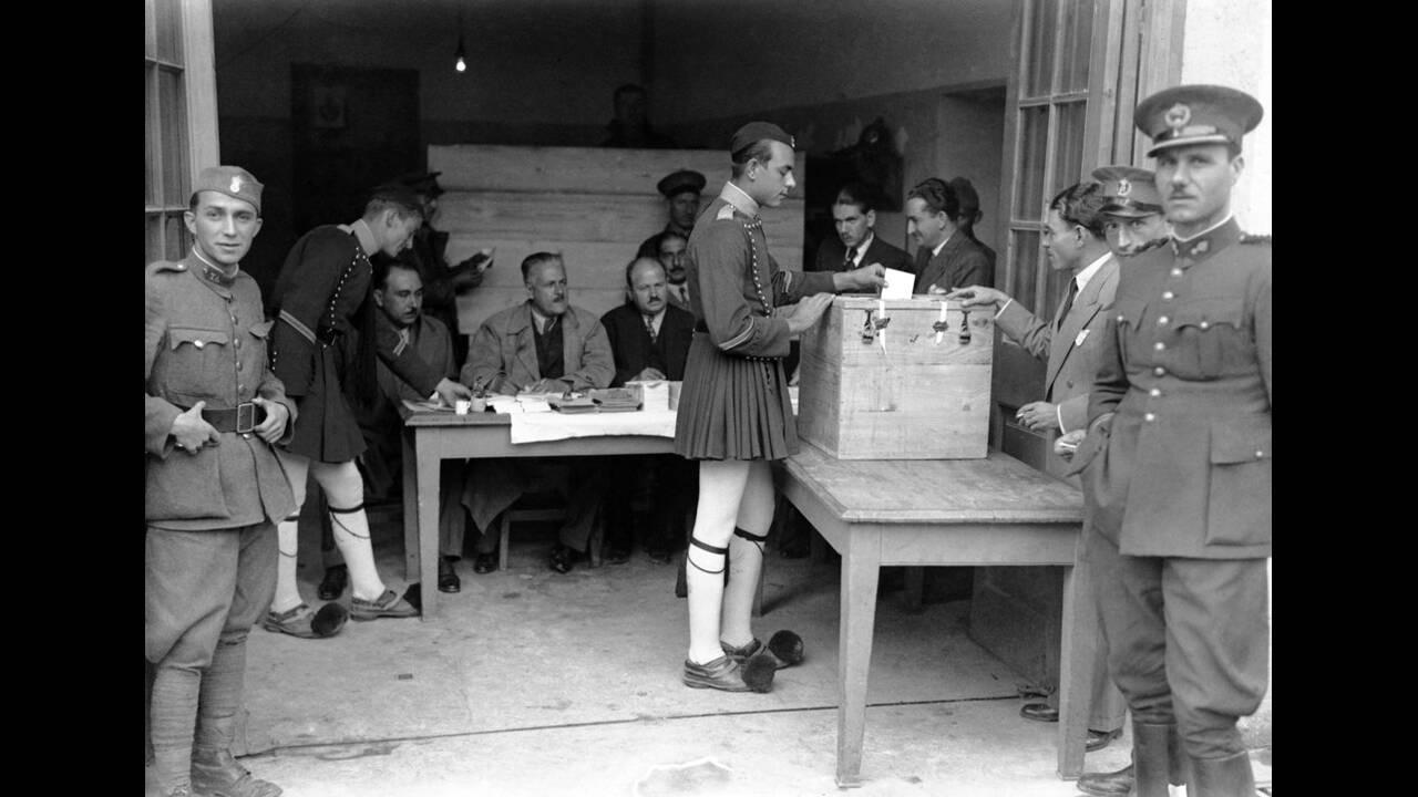 1935, Αθήνα. Ένας στρατιώτης με την παραδοσιακή φορεσιά των Ευζώνων ψηφίζει στο δημοψήφισμα της Αθήνας.