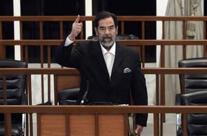 2006, Βαγδάτη. Ο πρώην Πρόεδρος του Ιράκ, Σαντάμ Χουσείν, φωμάζει στο δικαστήριο, μόλις ακουσει την απόφασή του. Το δικαστήριο έκρινε ένοχο τον Χουείν για εγκλήματα κατά της ανθρωπότητας και τον καταδίκασε σε θάνατο δι απαγχονισμού.