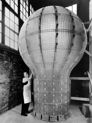1937, Νιου Τζέρζεϊ. Αυτός είναι ένας ηλεκτρικός λαμπτήρας, αλλά όχι για οικιακή χρήση. Έχει ύψος πέντε μέτρα και κατασκευάστηκε για να φωτίσει το μνημείο του Τόμας Έντισον. Η λάμπα χρειάστηκε ένα τόνο γυαλί για να κατασκευαστεί, ο σκελετός της ζυγίζει 3 τ