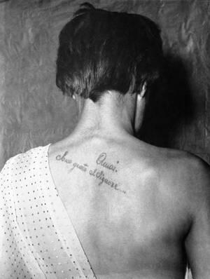 """1952, Μιλάνο. Αυτό το τατουάζ, στην πλάτη μιας κοπέλας στο Μιλάνο, είναι η νέα μόδα που ακολουθούν οι οπαδοί του υπαρξιστή φιλοσόφου Ζαν Πολ Σαρτρ. Το τατουάζ γράφει: """"Έχω αγαπήσει, είναι ευγνώμων στο Θεό""""."""