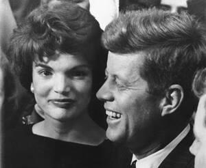 1958, Βοστώνη. Ο γερουσιαστής των Δημοκρατικών, Τζόν Φ. Κένεντι και η σύζυγός του Τζάκι Μπουβιέ μαθαίνουν ότι ο Κένεντι επανεκλέγεται, με μικρή πλειοψηφία έναντι του Ρεπουμπλικάνου αντιπάλου του.