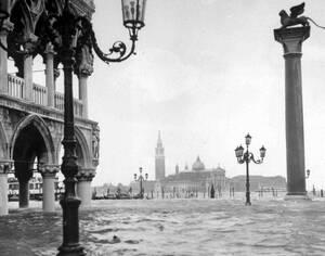1966, Βενετία. Το παλάτι των Δόγηδων (αριστερά) και η εκκλησία του Αγίου Γεωργίου στο βάθος, έχουν βυθιστεί εν μέρει, καθώς τα νερά έχουν ανέβει στη Βενετία μετά από καταρρακτώδεις βροχές.