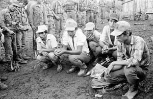 """1989, Νικαράγουα. Στρατιώτες του στρατού των Σαντινίστας, κρατούν αιχμαλώτους από το στρατό των """"Κόντρα"""", έξω από τη Μανάγκουα. Όπως αποκαλύφθηκε αργότερα, περισσότερα από 30 εκατομμύρια δολάρια δόθηκαν μυστικά στους """"Κόντρα"""" από την κυβέρνηση Ρέιγκαν, πρ"""