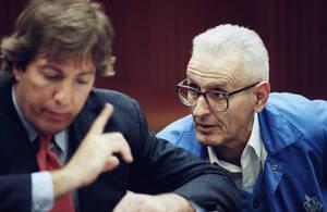 1993, Ντιτρόιτ. Ο δρ. Τζακ Κεβορκιάν και ο δικηγόρος του συνομιλούν στο δικαστήριο. Ο δικαστής Τόμας Τζάκσον ανέβασε την εγγύηση του Κεβόρκιαν στις 20.000 δολάρια, όσο διαρκεί η δίκη του για υποβοηθούμενες αυτοκτονίες.