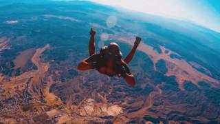 Ντύθηκε... Deadpool και πήδηξε από τα 3.600 μέτρα!
