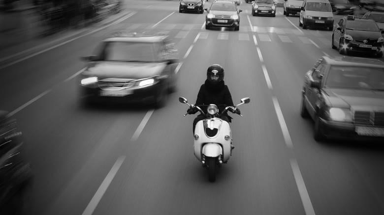 Βίντεο: Μοτοσικλετιστής προσπερνά φορτηγό και παρασύρεται από ένα δεύτερο