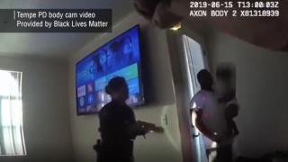 Βίντεο που διχάζει: Αστυνομικοί χτυπούν με τέιζερ πατέρα που κρατά το μωρό του