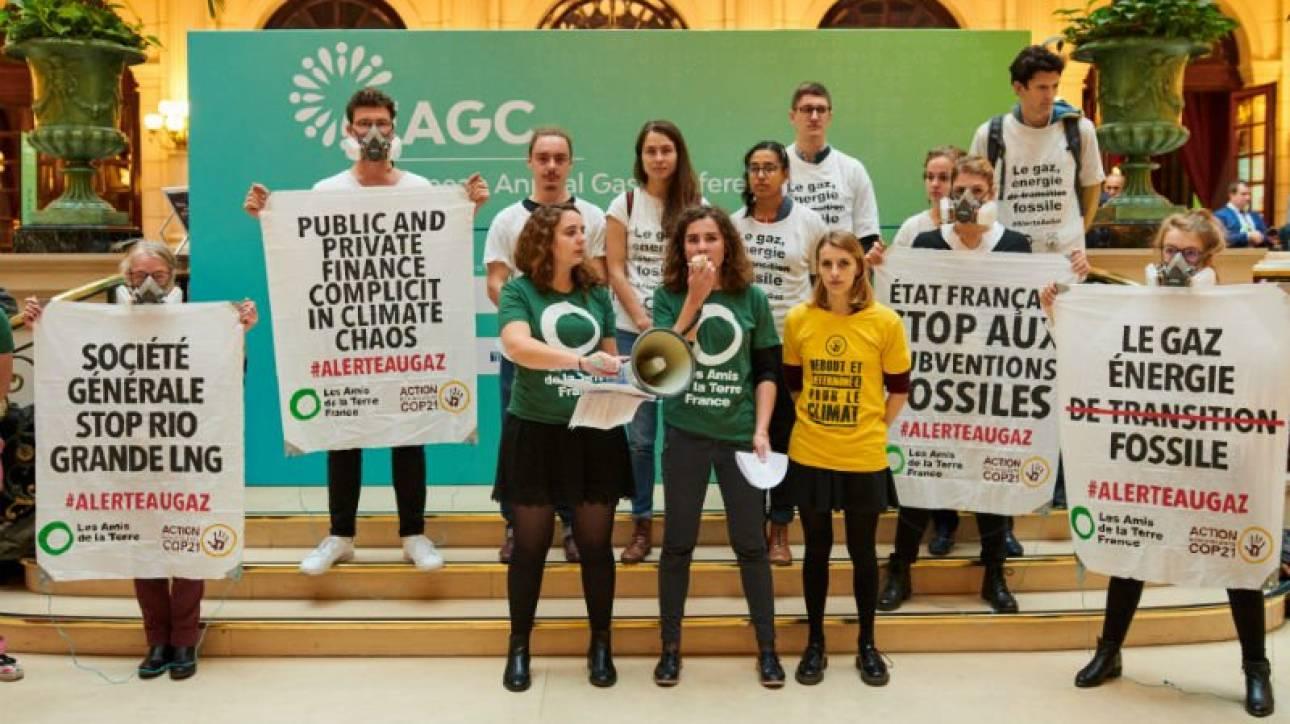 Παρίσι: Καθιστική διαμαρτυρία ακτιβιστών για το κλίμα - Διέκοψαν συνέδριο για την ενέργεια