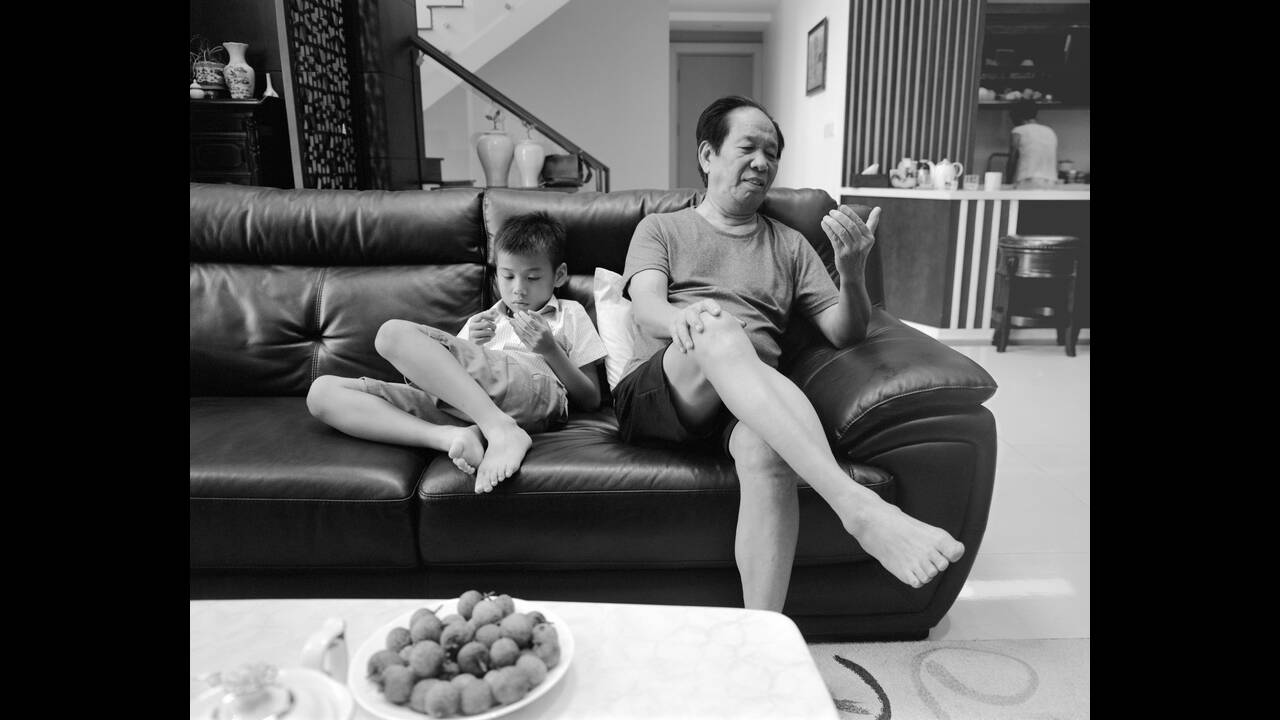 https://cdn.cnngreece.gr/media/news/2019/11/07/196557/photos/snapshot/Copy-of-Grandson-and-grandfather-on-couch-011.jpg