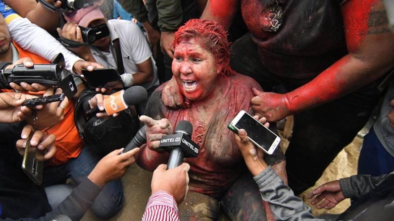 Χάος στη Βολιβία: Διαδηλωτές περιέλουσαν με μπογιά και κούρεψαν δήμαρχο