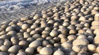 Παράξενα μπαλάκια πάγου κάλυψαν μια ολόκληρη παραλία στη Φινλανδία