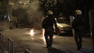 Ένταση στα Εξάρχεια: Επίθεση κουκουλοφόρων κατά αστυνομικών