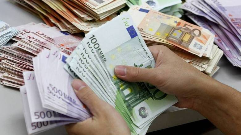 Μειώνεται στα 300 ευρώ το όριο των συναλλαγών με μετρητά