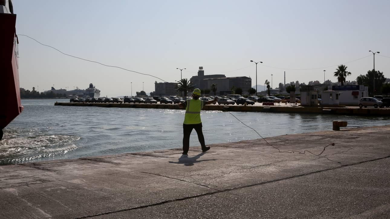 Αυτοκίνητο έπεσε στο λιμάνι του Πειραιά