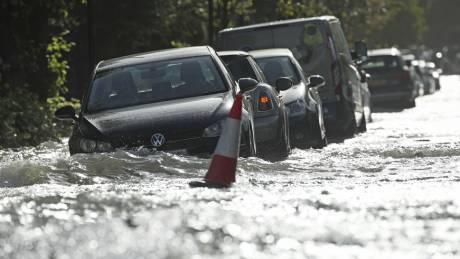 Φονική κακοκαιρία στη Βρετανία: Έπεσε βροχή ε&n