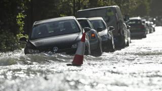 Φονική κακοκαιρία στη Βρετανία: Έπεσε βροχή ενός μήνα σε μία μέρα - Μία γυναίκα νεκρή