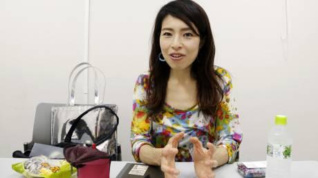 Οι Γιαπωνέζες δίνουν μάχη για το δικαίωμά τους να φορούν γυαλιά στη δουλειά τους