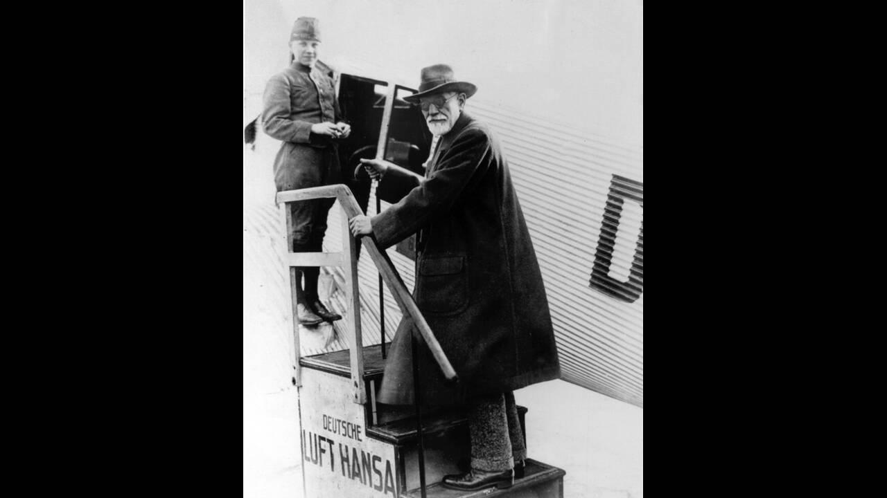 """1928, Βερολίνο. Ο ψυχαναλυτής, Δρ. Ζίγκμουντ Φρόιντ φεύγει από το αεροδρόμιο Τέμπελχοφ του Βερολίνου. Όταν ο Φρόιντ δημοσίευσε το βιβλίο του """"Η ερμηνεία των ονείρων"""", το 1900, έβαλε τα θεμέλια για τη νέα επιστήμη της ψυχανάλυσης."""