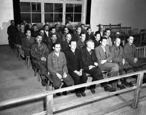 1945, Νταχάου. Τριάντα δύο Γερμανοι κρατούμενοι, πρώην δεσμοφύλακες στο στρατόπεδο συγκέντρωσης του Νταχάου ακούνε τις ποινές που τους επέβαλε το δικαστήριο για μαζικά εγκλήματα κατά των κρατουμένων.