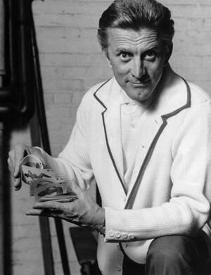 """1963, Νέα Υόρκη. Ο ηθοποιός Κερκ Ντάγκλας, προβάρει το ρόλο του για το έργο """"Στη φωλιά του κούκου"""" που θα σηματοδοτήσει την επιστροφή του στο Μπρόντγουεϊ μετά από 17 χρόνια."""