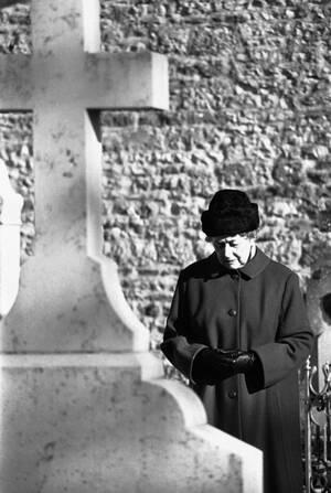 1978, Παρίσι. Η Ιβόν ντε Γκολ μπροστά στον τάφο του συζύγου της, πρώην Προέδρου της Γαλλίας στρατηγού Σαρλ ντε Γκολ, στην όγδοη επέτειο του θανάτου του.