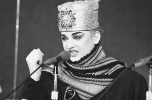 1984, Σικάγο. Ο Βρετανός τραγουδιστής Μπόι Τζορτζ σε συνέντευξη Τύπου στο Σικάγο, πριν από συναυλία που θα δώσει εκεί με το συγκρότημά του, τους Culture Club.