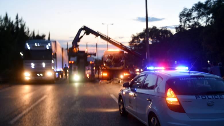 Λουτράκι: «Τρελή» πορεία αυτοκινήτου – Έπεσε σε τρία καταστήματα και κολώνα της ΔΕΗ