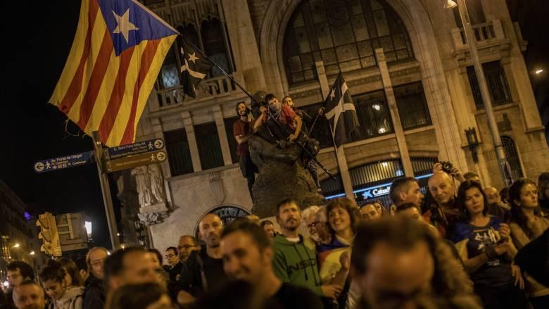 Βαρκελώνη: Χιλιάδες αυτονομιστές στους δρόμους μία μέρα πριν από τις εκλογές στην Ισπανία