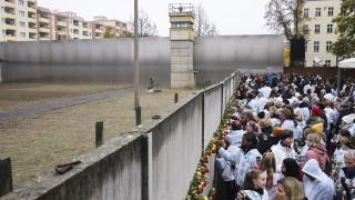 Το τείχος του Βερολίνου έπεσε, εμείς γιατί υψώνουμε δικά μας τείχη;