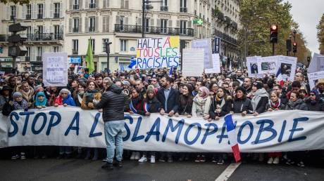 «Σταματήστε κάθε μορφή ρατσισμού»: Χιλιάδες άνθρωποι κατέκλυσαν το Παρίσι ενάντια στην ισλαμοφοβία