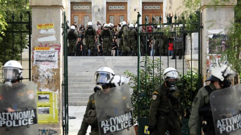 Επεισόδια και χημικά στην ΑΣΟΕΕ: Δύο τραυματίες αστυνομικοί και τρεις προσαγωγές