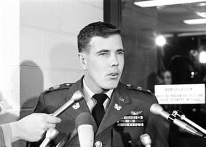 1969, Πεντάγωνο. Ο Χιού Τόμσον, αξιωματικός του αμερικανικού στρατού και πιλότος ελικοπτέρων, μιλάει στους δημοσιογράφους κατά την έξοδό του από το Πεντάγωνο. Ο Τόμσον είναι ο άνθρωπος που κατήγγειλε τη σφαγή στο Μάι Λάι του Βιετνάμ, όταν -στις 4 Δεκεμβρί