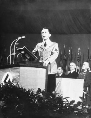 1939, Γερμανία. Ο υπουργός Προπαγάνδας του Ράιχ, Γιόζεφ Γκέμπελς, σε ομιλία του κάπου στη Γερμανία.