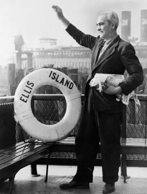 1954, Νέα Υόρκη. Ο Άρνε Πέτερσον είναι ο τελευταίος μετανάστης που πέρασε από το Έλις Άιλαντ, πριν κλείσει ο μεγαλύτερος σταθμός υποδοχής μεταναστών των ΗΠΑ. Τα προηγουμενα 62 χρόνια, περίπου 20 εκατομμύρια μετανάστες πέρασαν από το σταθμό. Ο Πέτερσον είν