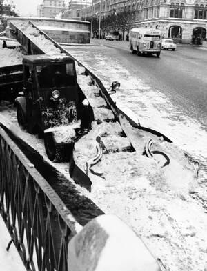 1960, Μόσχα. Ένα μηχανικό φτυάρι κάνει στα πεζοδρόμια της Μόσχας, τη δουλειά ενός μικρού στρατού ανθρώπων. Το φτυάρι μαζεύει το χιόνι και αυτό μεταφέρεται στα φορτηγά που περιμένουν από πίσω, με έναν ιμάντα. Μόνο ένας άνθρωπος χρειάζεται για να λειτουργήσ