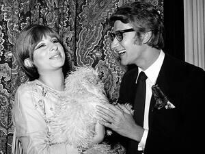 """1965, Νέα Υόρκη. Ο Γάλλος σχεδιαστής μόδας Ιβ Σεν Λοράν με την ηθοποιό Μπάρμπαρα Στρέιζαντ, στα παρασκήνια της παράστασης """"Ένα Αστείο Κορίτσι"""", στην οποία πρωταγωνιστεί η δεύτερη."""