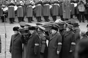 1982, Μόσχα. Η κηδεία του Λεονίντ Μπρέζνιεφ στη Μόσχα. Τα μέλη του Σοβιετικού Κομμουνιστικού Κόμματος αποτίουν φόρο τιμής στον πρώην γραμματέα του.