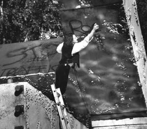 """1987, Σαν Φρανσίσκο. Ο Μπόνο, του ροκ συγκροτήματος 'U2' γράφει με σπρέι τις λέξεις """"Rock 'n Roll"""" στο Σαν Φρανσίσκο. Τη συναυλία του συγκροτήματος στην πόλη παρακολούθησαν περισσότεροι από 200.000 άνθρωποι."""